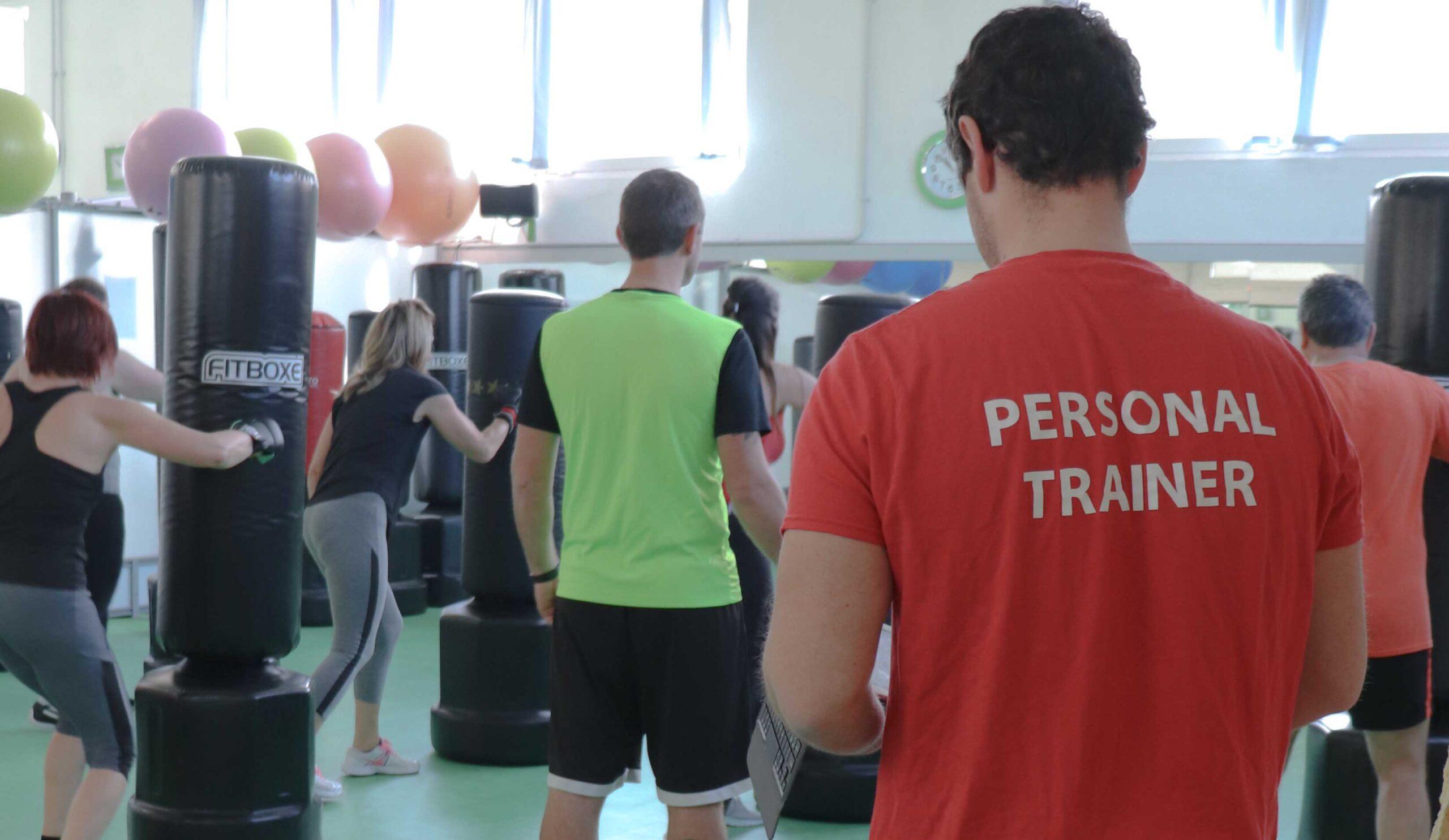Personal trainer allena persone in una palestra di Galliate